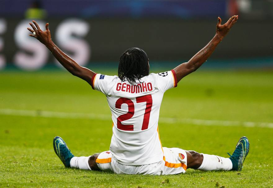 Gervinho protesta dopo un presunto fallo subito al limite dell'area. Getty