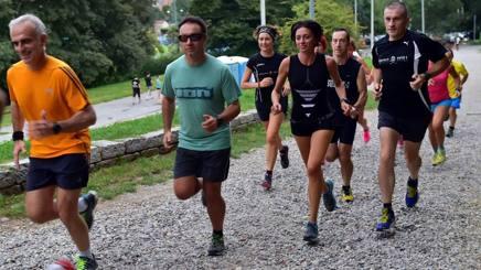 Ognuno con la sua scarpa durante la corsa. Fotogramma 711bde5aef6