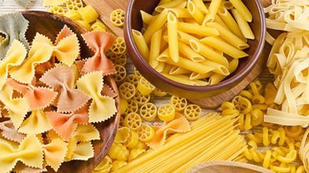 Una tavola con diverse specialità di pasta