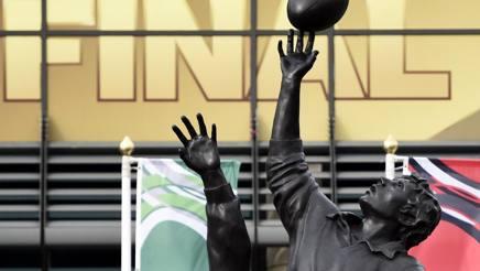 La statua davanti allo stadio di Twickenham, dove domani alle 17 andrà in scena la finale. Afp