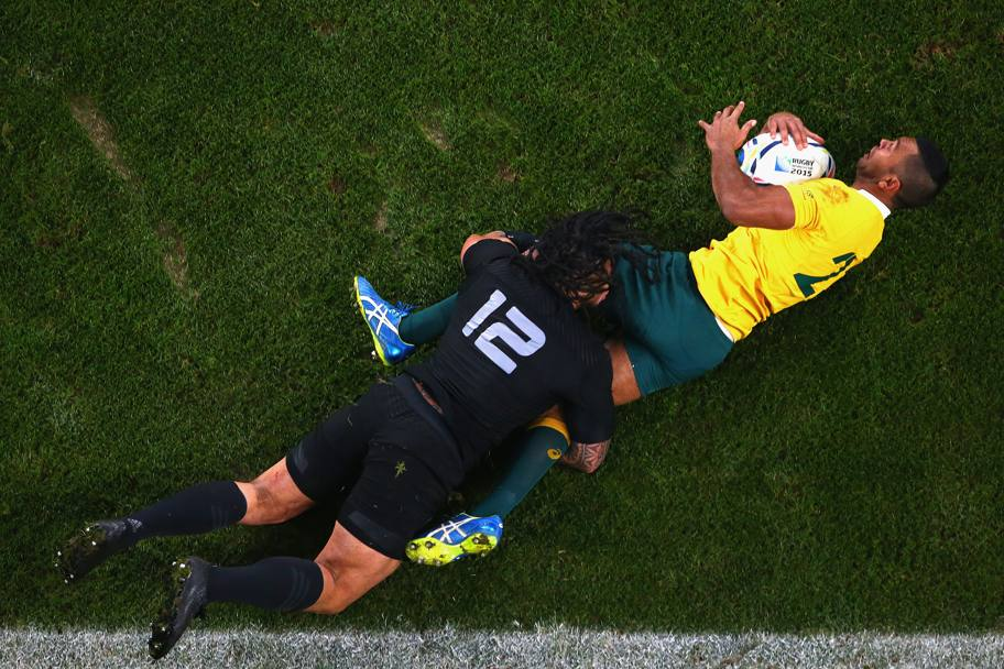 Kurtley Beale placcato da Ma'a Nonu (Getty Images)