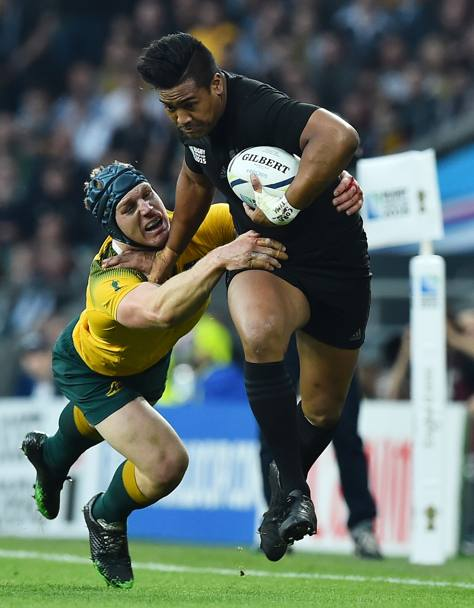 Julian Savea e David Pocock (Afp)