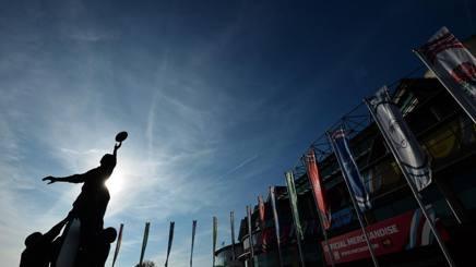 La statua dedicata al Rugby posta davanti allo stadio della finale Twickenham. AFP