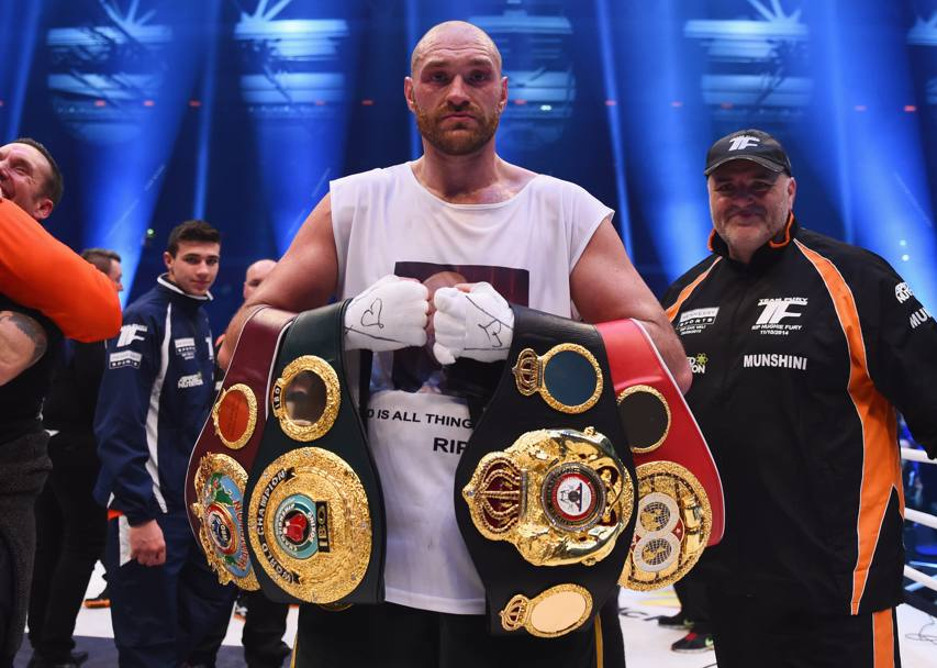 Tyson Fury con le quattro cinture conquistate (Getty Images)