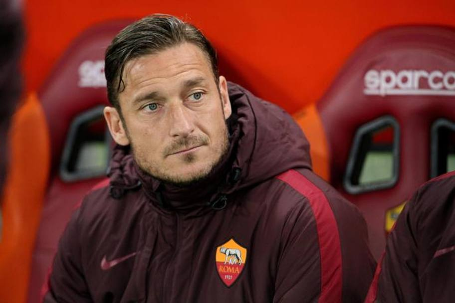 Francesco Totti si accomoda ancora una volta in panchina. Ansa