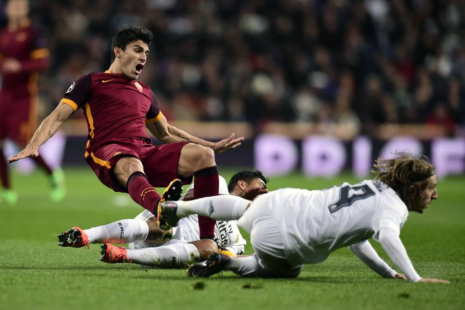 Modric e Casemiro in tackle su Perotti. Afp