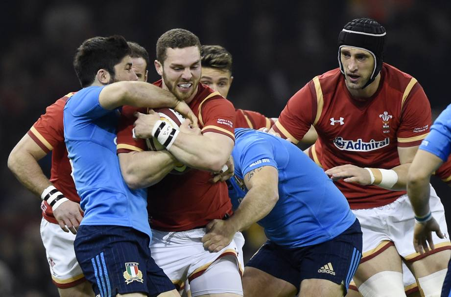Andrea Pratichetti bloccato da George North (Reuters)
