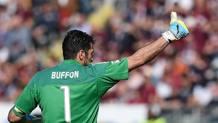 Gianluigi Buffon, 38 anni, celebra il nuovo record di imbattibilità italiano REUTERS