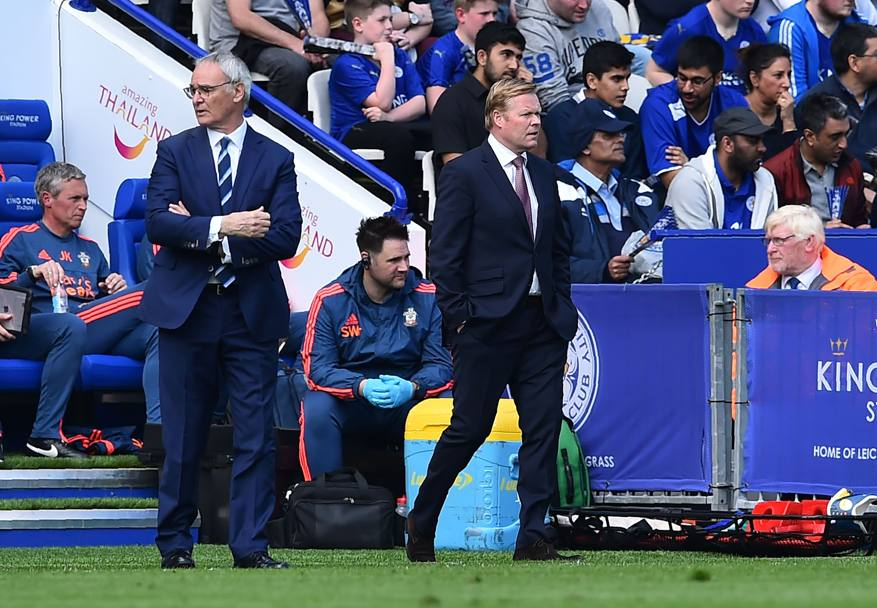 Claudio Ranieri e Ronald Koeman, i due trainer dell'incontro, osservano l'andamento del match (Afp)