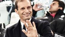 Massimiliano Allegri sorride e saluta, le 5 dita sono anche i 5 scudetti bianconeri di fila. Ansa