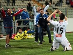 L'esultanza di Kevin Lasagna dopo il gol. Ansa