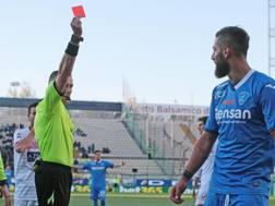 L'arbitro Paolo Valeri espelle Levan Mchedlidze durante Carpi-Empoli. Ansa