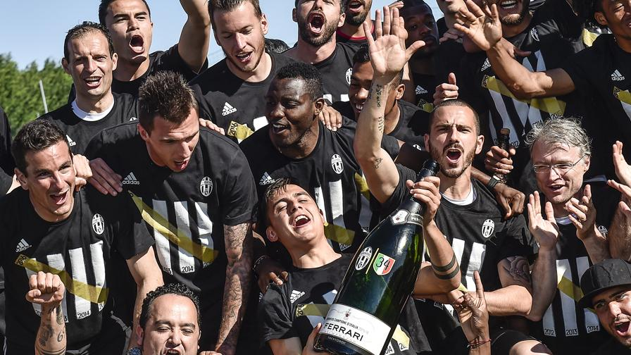 La Juventus esulta per la vittoria dello scudetto. Lapresse