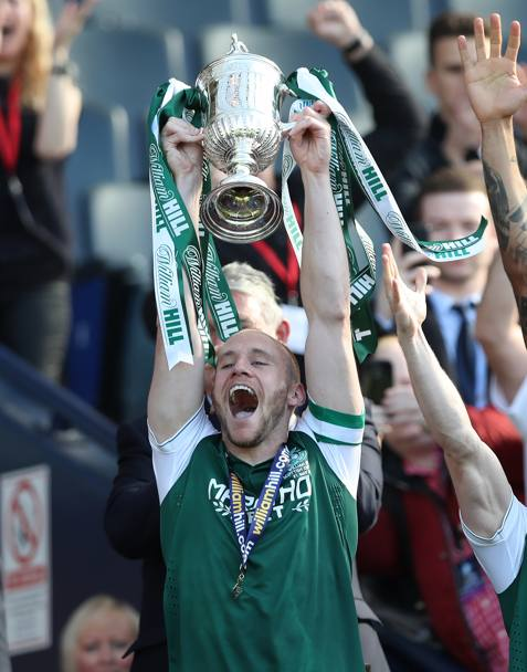 E il capitano della squadra, David Gray, ha èpotuto finalmente alzare al cielo la Scottish FA Cup. Getty Images
