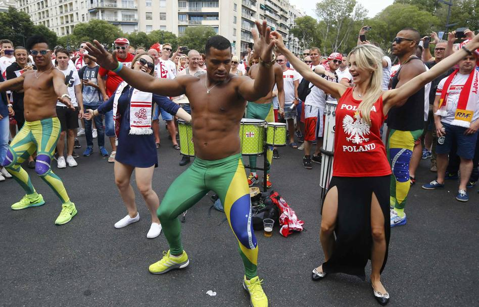 Ballo con i brasiliani. Reuters