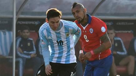 Leo Messi e Arturo Vidal nella finale di un anno fa. Afp