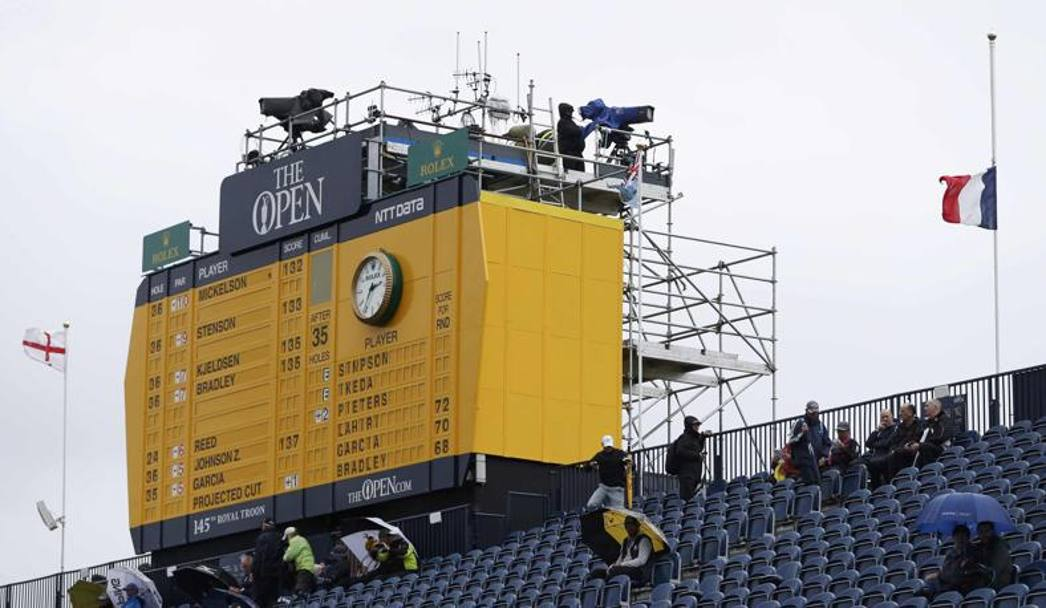 Tricolore francese a mezz'asta al British Open di golf. Reuters