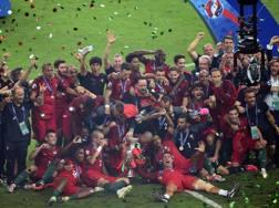 I giocatori del Portogallo in festa dopo la vittoria contro la Francia in finale. Lapresse