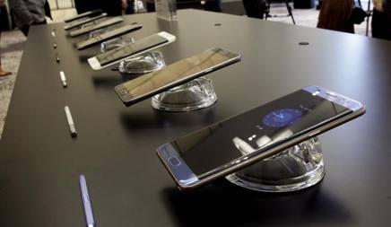 Il nuovo Galaxy Note 7 presentato oggi a New York: è un phablet con schermo da 5,7 pollici. In vendita in Italia dal 2 settembre a 879 euro AP