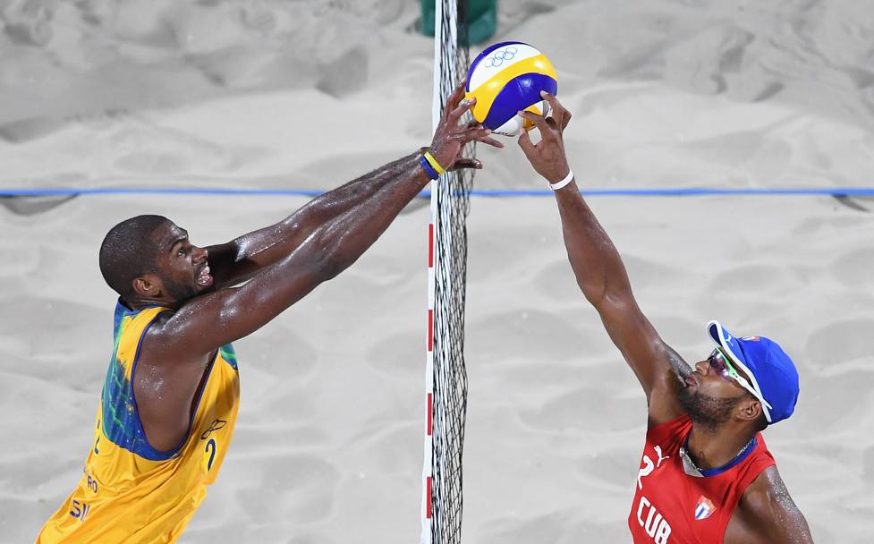 Beach Volley: il brasiliano Evandro Goncalves Oliveira Junior in azione contro il cubano Sergio Reynaldo Gonzalez Bayard (Getty Images)
