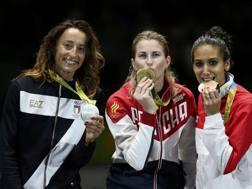 Elisa Di Francisca sul podio con l'argento, accanto alla Deriglazova (oro) e la Boubakri (bronzo). Reuters