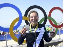 Rachele Bruni mostra la medaglia d'argento conquistata in mare. Reuters