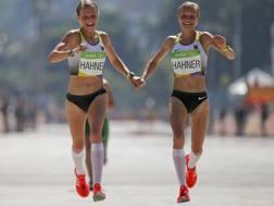 Le gemelle Hahner, insieme all'arrivo della maratona. Reuters