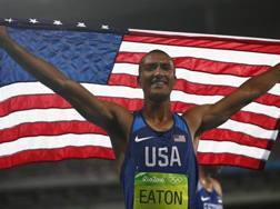 Ashton Eaton festeggia il bis olimpico al record. Epa