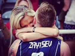 Ivan Zaytsev abbraccia la moglie Ashlin a Rio