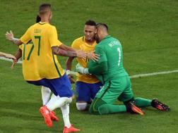 I compagni abbracciano Neymar dopo il rigore che ha regalato l'oro al Brasile. Afp