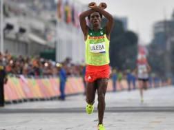Feyisa Lilesa così sul traguardo. Afp