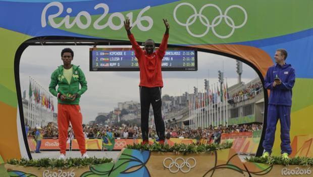 Il podio di Rio: Lilesa fra l'oro Kipchoge e lo statunitense Rupp. Ap