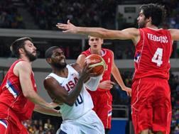 Kyrie Irving accerchiato dalla difesa serba nella sfida ai gironi. Reuters