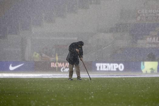 Le squadre vanno all'intervallo mentre il nubifragio è in corso: la partita sarà sospesa per quasi 80'. Si ricomincerà a giocare alle 17.05 quando su Roma tornerà a splendere il sole.