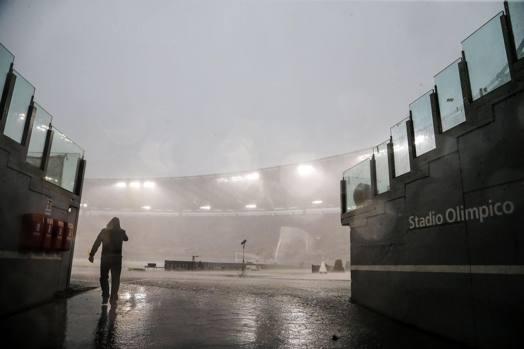 Alle 15.44 su Roma si scatena un nubifragio. Roma e Samp stanno per concludere il primo tempo (1-2 per i blucerchiati) e l'Olimpico si allaga in fretta.