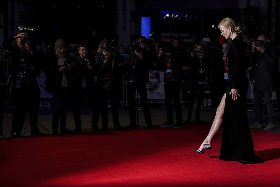 "Elegantissima e audace, Nicole Kidman, 49 anni, ha esibito uno spacco vertiginoso  alla prima del film ""Lion"", alle 60esima edizione del British Film Institute London Film Festival. Accompagnata da Dev Patel, ha svelato le gambe scolpite (Ap)"