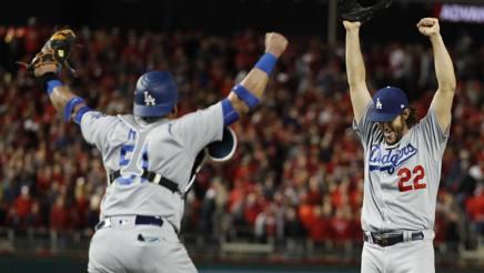 Clayton Kershaw (a destra) e Carlos Ruiz festeggiano dopo la vittoria su  Washington. 57231f6ad26