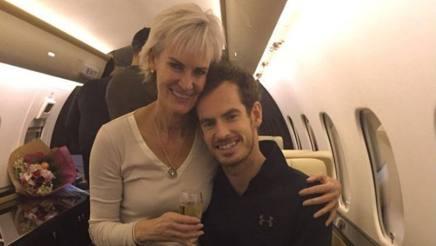 Andy Murray e la mamma Judy festeggiano sul jet privato di ritorno da Parigi