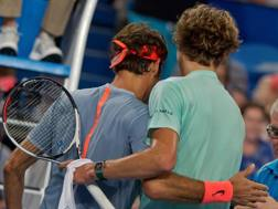 Roger Federer, a sinistra, abbraccia il 19enne Zverev AFP