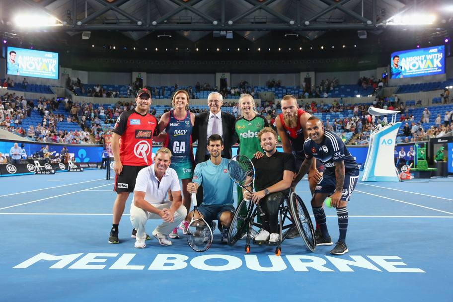 Ecco schierata la squadra di stelle: in piedi da sinistra Aaron Finch ( Melbourne Stars), l'ex campionessa di netball  Sharelle McMahon, Roy Emerson leggenda del tennis, Meg Lanning (cricket), Max Gawn (Melbourne Demons). In primo piano da sinistra l'ex campione di cricket  Shane Warne,  Djokovic, il campione australiano di  wheelchair tennis  Dylan Alcott ed Archie Thompson (calcio)