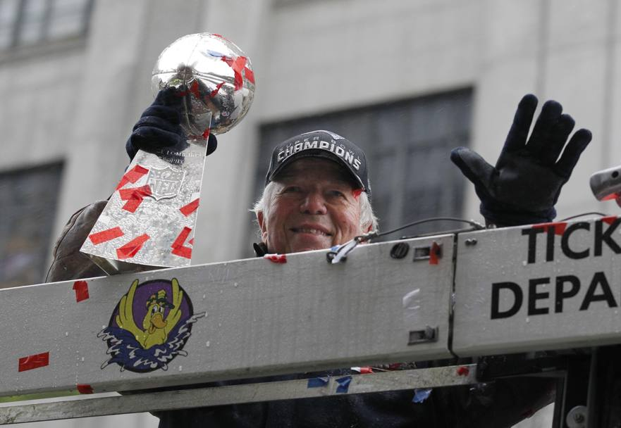 Robert Kraft, boss dei New England Patriots, alza il 5, come i Super Bowl conquistati. Reuters