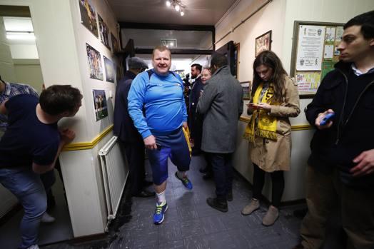 L'arrivo del portiere XXL negli spogliatoi: in pochi giorni è diventato una star del web. Reuters