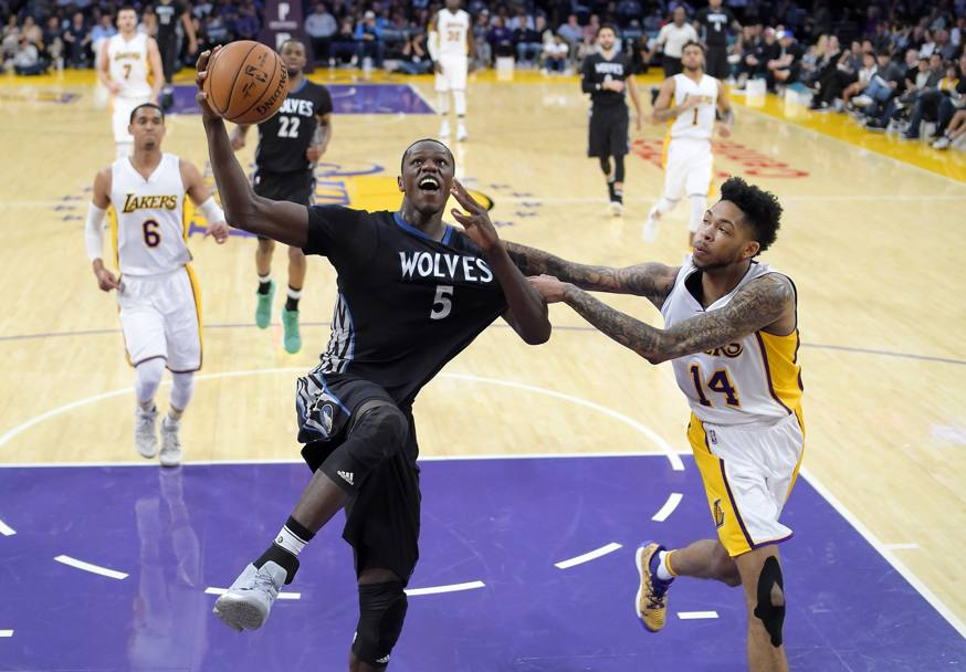 Basket. Los Angeles Lakers-Minnesota Timberwolves. Verso il canestro Gorgui Dieng dei Minnesota Timberwolves. Los Angeles. (Ap)