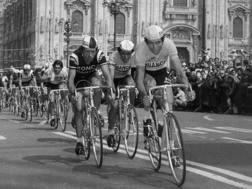 Felice Gimondi a MIlano in piazza Duomo nell'ultima tappa del Giro 1976