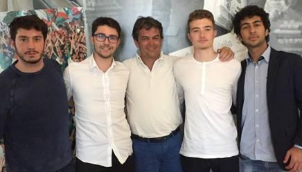 I vincitori del concorso con Luigi Garlando (al centro) nella redazione della Gazzetta. Da sin: Simone Biondi, Antonio Ferrara, Emanuele Narducci e Vincenzo Cinotti