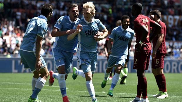 e89fbfc82d I compagni festeggiano Basta, autore del gol del 2-1. Afp