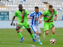 Azione di gioco all'Adriatico tra Pescara e Crotone. Ansa