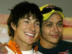 Nicky Hayden e Valentino Rossi insieme nel 2003 a Montmelo. Reuters