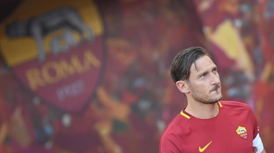 Roma, Totti, ultimo giro di campo. Tutto l'Olimpico in lacrime