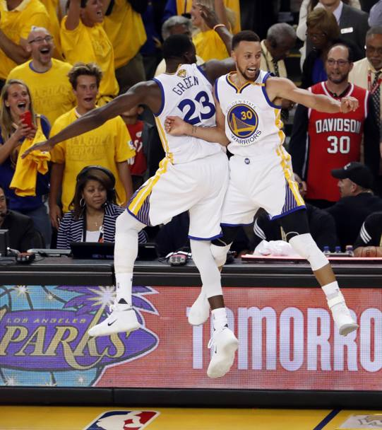 Stephen Curry (dx) e Draymond Green: sembra un balletto. Ansa